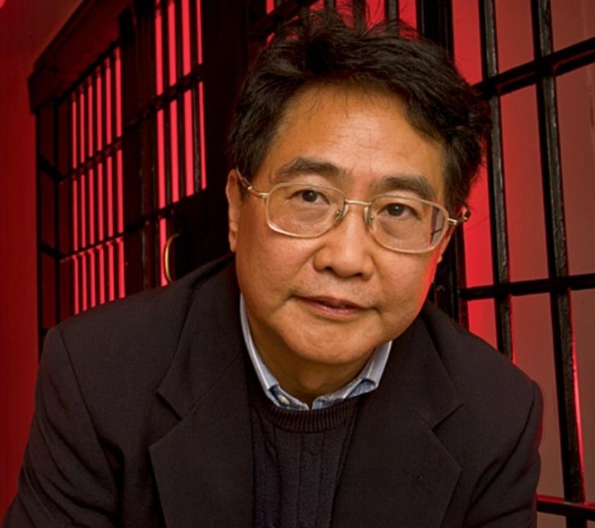 Цю Сяолун 裘小龙 — известный китайский автор детективов,
