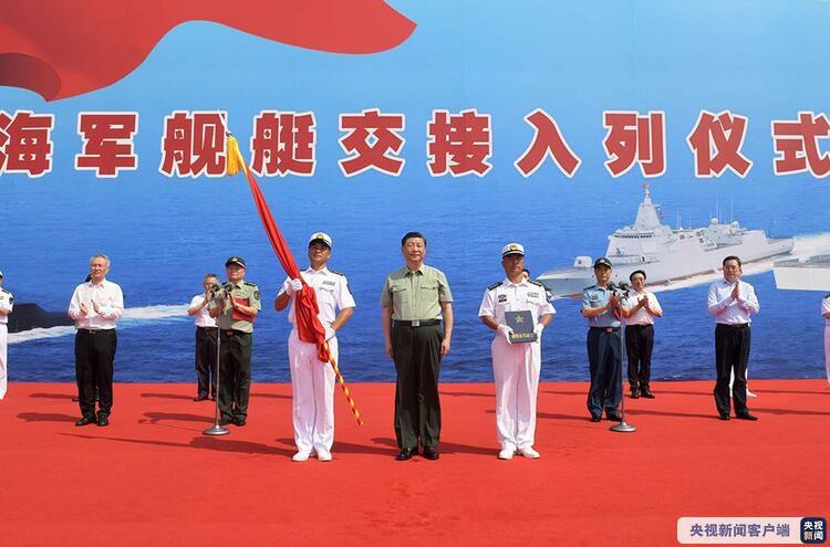 Си Цзиньпин посетил церемонию введение в строй трех боевых кораблей ВМС