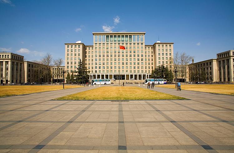 Си Цзиньпин посетил университет Цинхуа