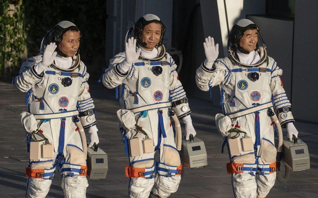 Состоялась церемония проводов китайских космонавтов, которые осуществят миссию «Шэньчжоу-12»