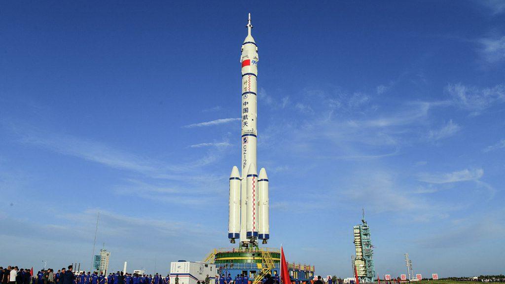 На корабле «Шэньчжоу-12» в июне космос отправятся три космонавта