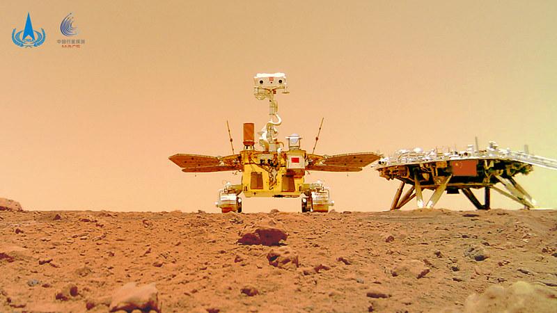 Китай представил изображения Марса с ровера «Чжужун»