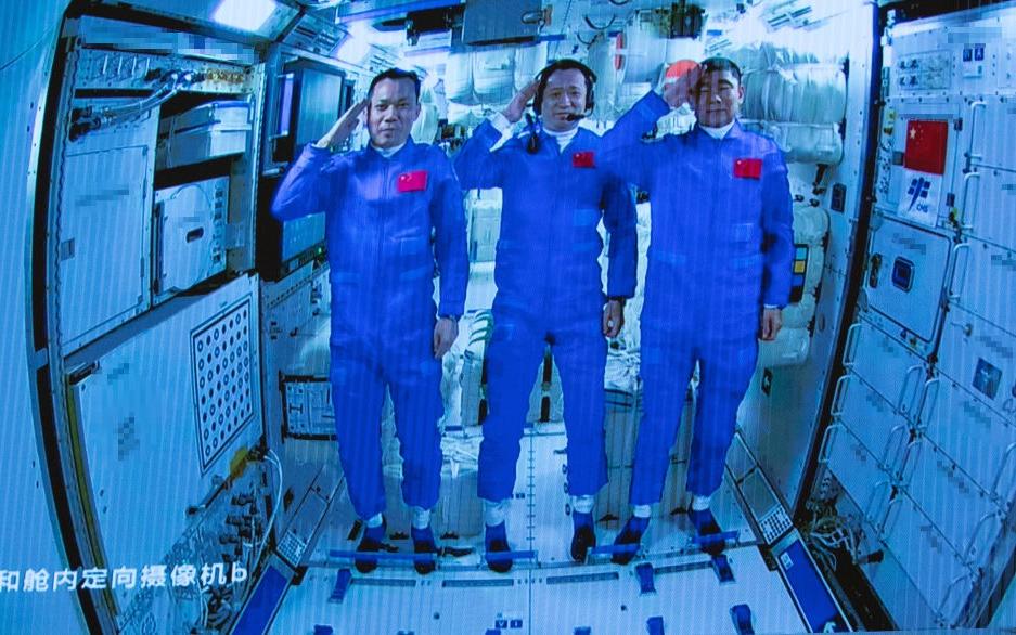 Си Цзиньпин провел беседу с космонавтами модуля «Тяньхэ»