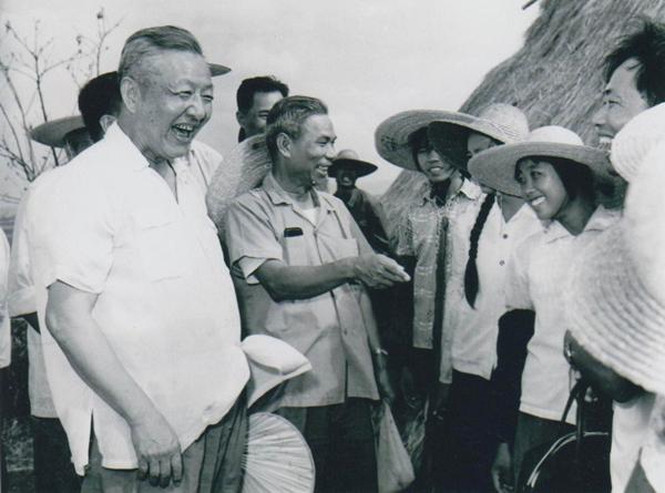 Си Цзиньпин и его отец: «Эстафета» коммунистов двух поколений