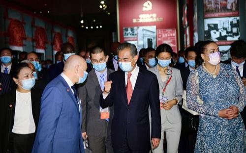 По приглашению Ван И иностранные дипломаты и представители международных организаций посетили выставку об истории КПК