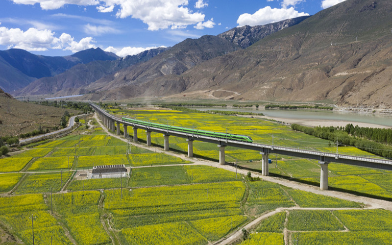 25 июня введена в эксплуатацию железная дорога Лхаса – Ньингчи
