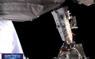 Китайские космонавты вышли из основного модуля космической станции для осуществления внекорабельной деятельности