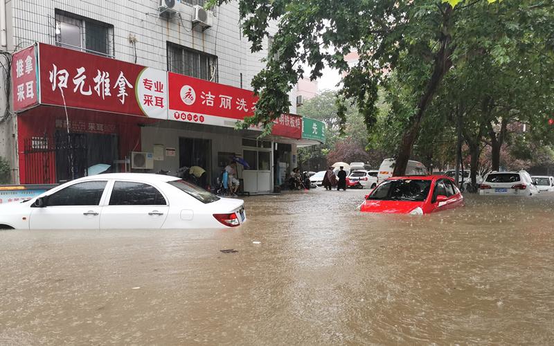 В пострадавшем от наводнения городе Гунъи продолжаются спасательные работы