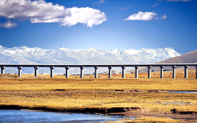 Сдача в эксплуатацию новой железной дороги содействует развитию туризма в Тибете