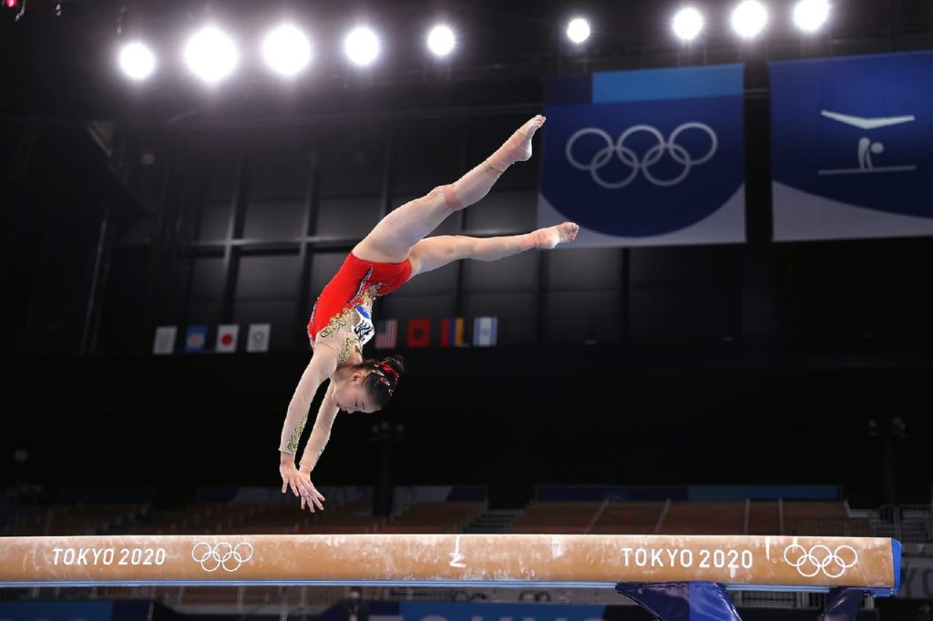 Гуань Чэньчэнь одержала победу в упражнениях на бревне