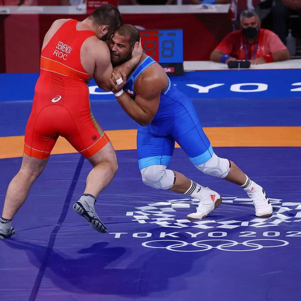 Россиянин Сергей Семенов завоевал бронзовую медаль в греко-римской борьбе на Олимпиаде в Токио.