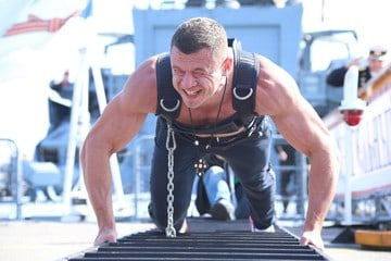 Петербургский спортсмен передвинул корабль Балтийского флота весом 2 тысячи тонн