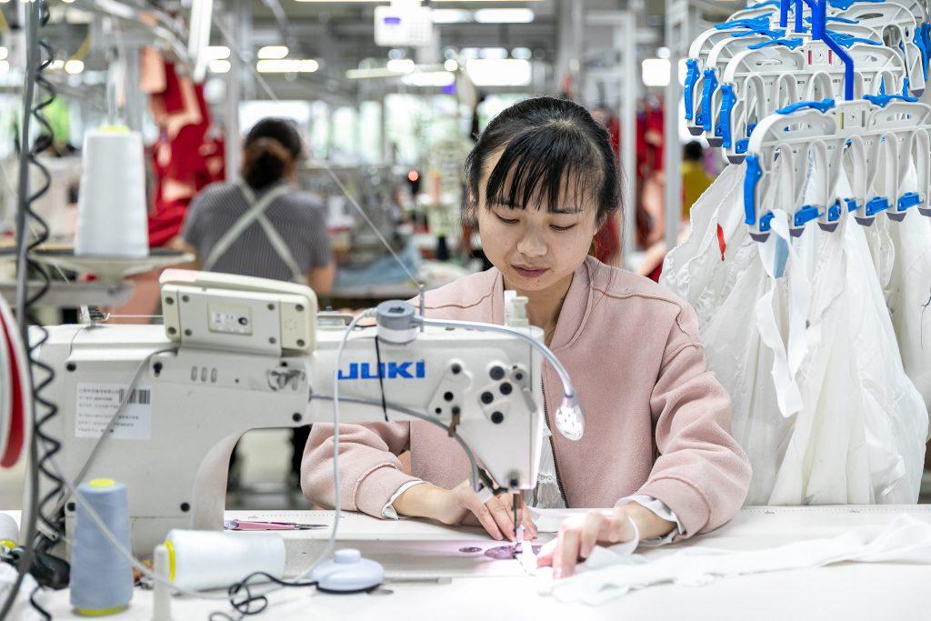 Китайские производители одежды получили более высокую прибыль в январе-июле