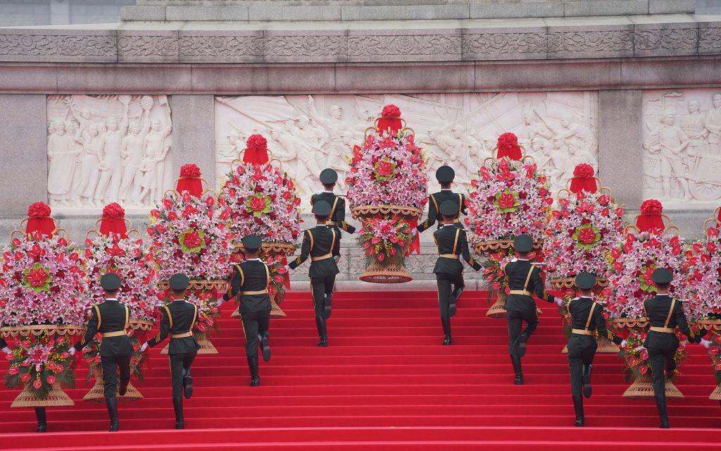 Си Цзиньпин почтил память народных героев на площади Тяньаньмэнь в Пекине