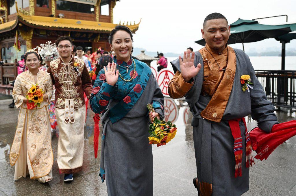 Коллективная свадьба на берегу легендарного озера Сиху в Ханчжоу